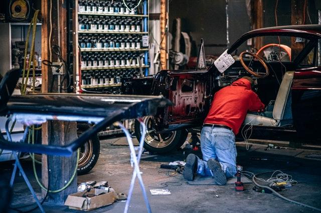 Auto onderdelen in garage